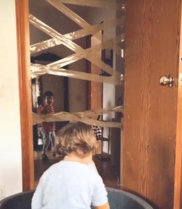 Actividades para niños - cinta en puerta