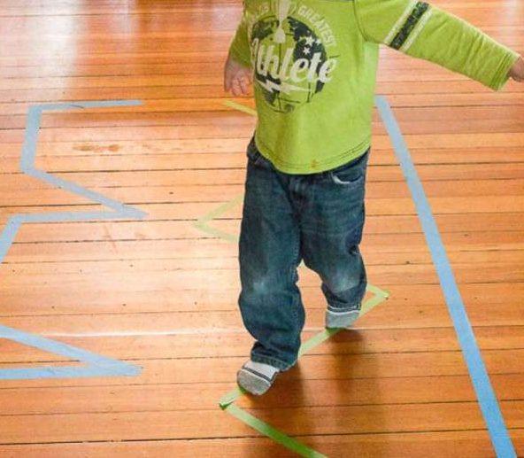 actividades para niños - circuito cinta adhesiva